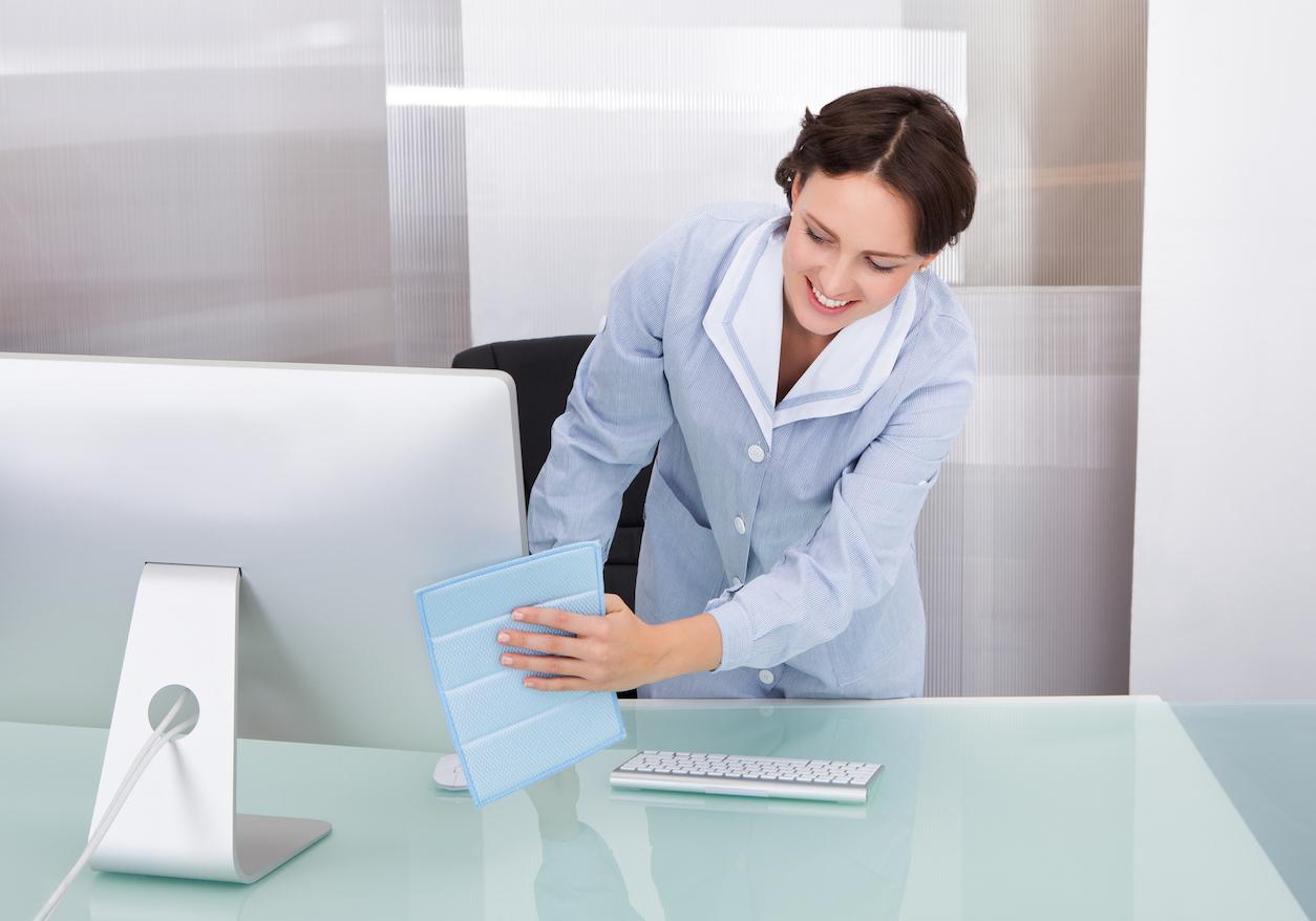 Agent d'entretien pendant un nettoyage de bureaux