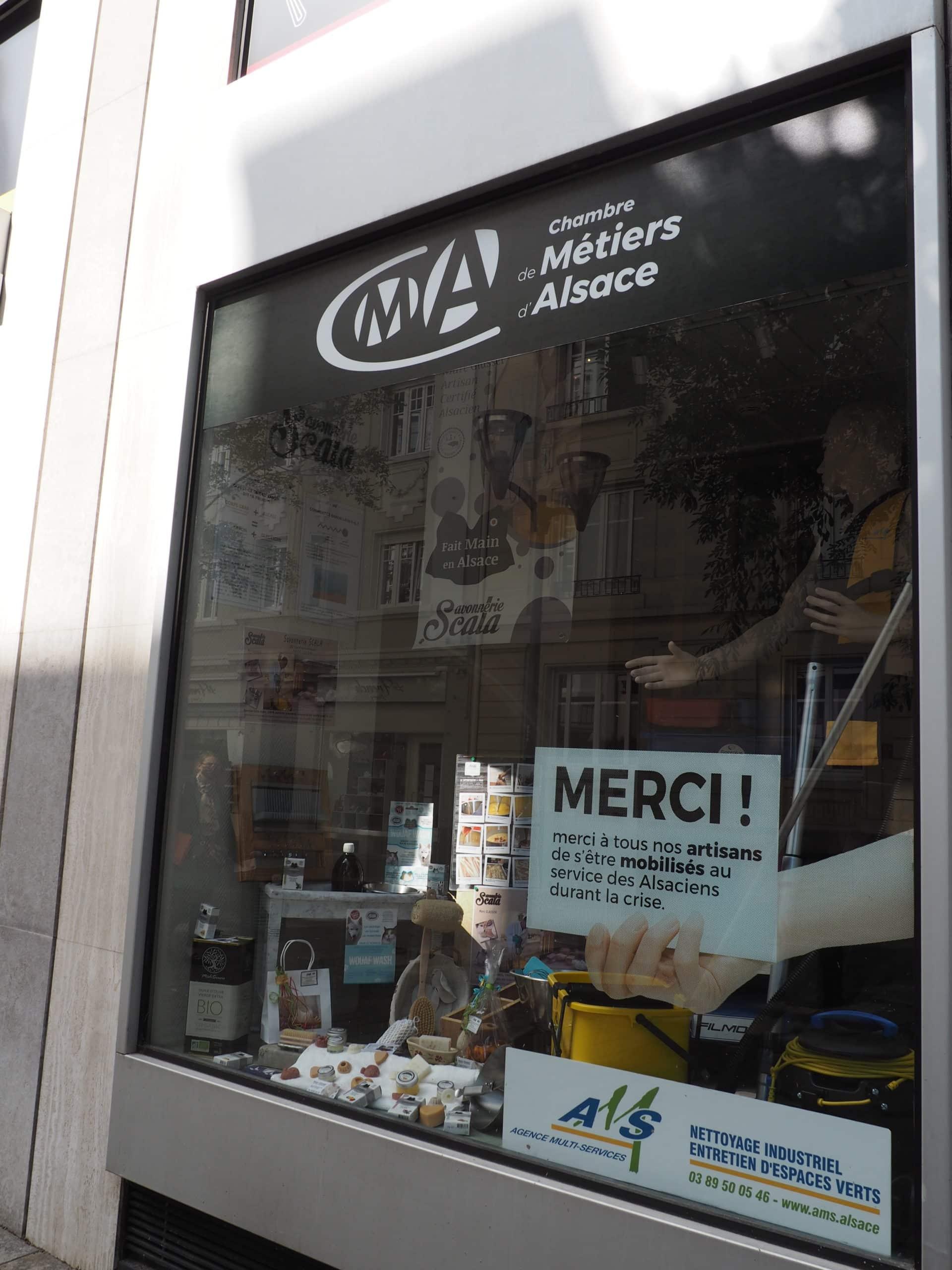 Vitrine de la Chambre des Métiers à Mulhouse qui valorise ses partenaires locaux